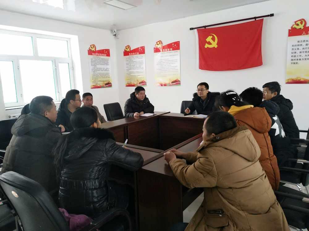 组织部王部长在政府王镇长陪同下到新发村了解驻村引领队、驻村工作队生活、工作情况、并和大家展开座谈。
