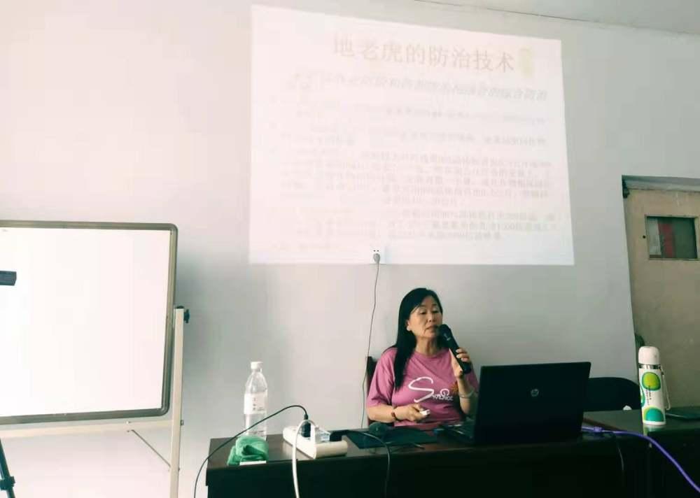 12396技术服务专家闫素珍应邀为乌拉特前旗先锋乡精准扶贫户开展科技培训